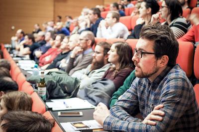 TeilnehmerInnen der Veranstaltung sitzend im Hörsaal